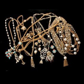 COLLECTION OF SIXTEEN PEARL COSTUME JEWELRY ITEMS.