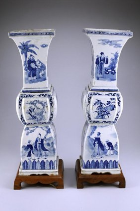 ANTIQUE PAIR OF CHINESE BLUE AND WHITE VASES