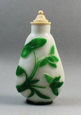 Chinese Peking Overlay Glass Snuff Bottle