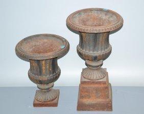 1 Paar Vasen Eisenguss. Balusterförmige Runde Vase über