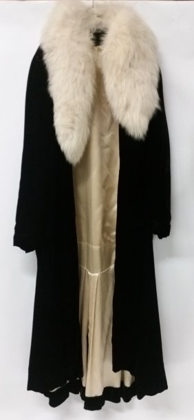 1920s Flapper Black Velvet Coat With White Fox Collar