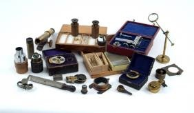 GROUP OF MICROSCOPE ACCESSORIES AND PARTS.
