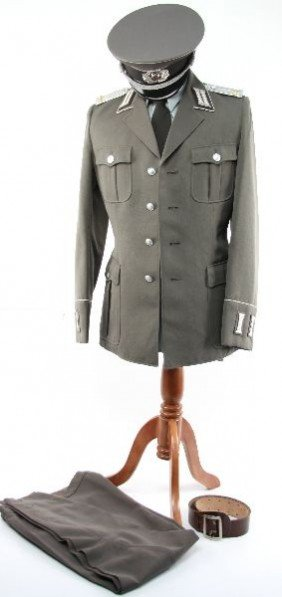 EAST GERMAN ARMY OFFICERS EARLY PARADE UNIFORM