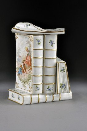 A PARIS PORCELAIN POLYCHROME DECORATED LIDDED BOX, E