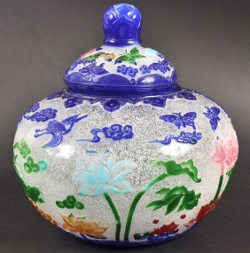 AN EARLY 20TH CENTURY CHINESE PEKING GLASS VASE AND