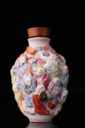 A Chinese Porcelain Famille Rose Snuff Bottle