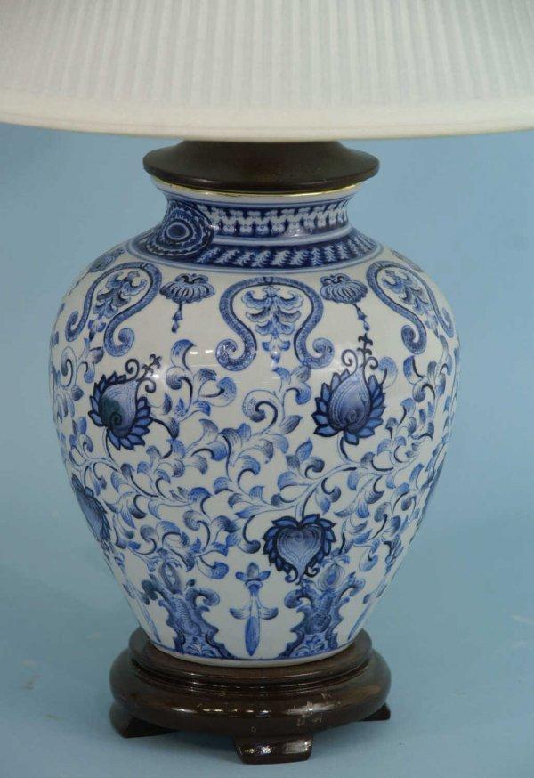 1020 blue and white ginger jar lamp on wood base lot 1020. Black Bedroom Furniture Sets. Home Design Ideas