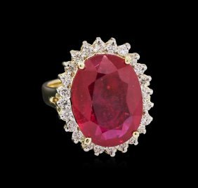 10.40ct Ruby And Diamond Ring - 14kt Yellow Gold